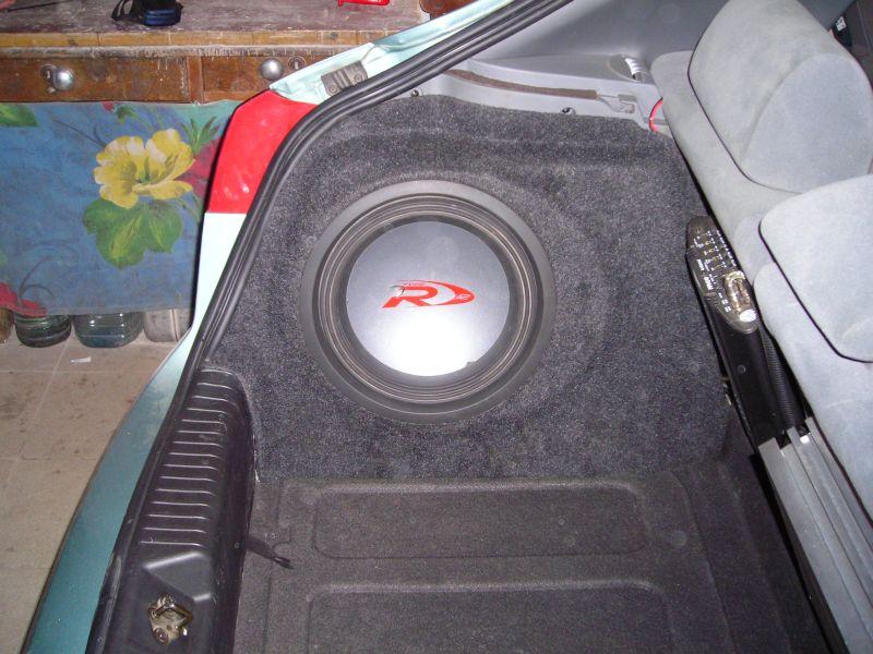 готовый сабвуфер установлен в левое крыло автомобиля