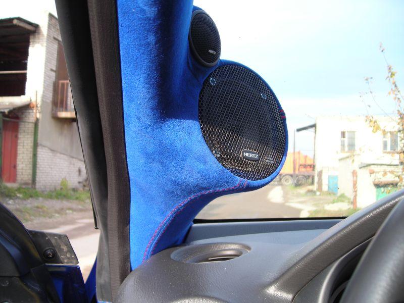 Готовые подиумы на стойки под вч и сч перетянуты синей алькантарой и сделана вышивка STI
