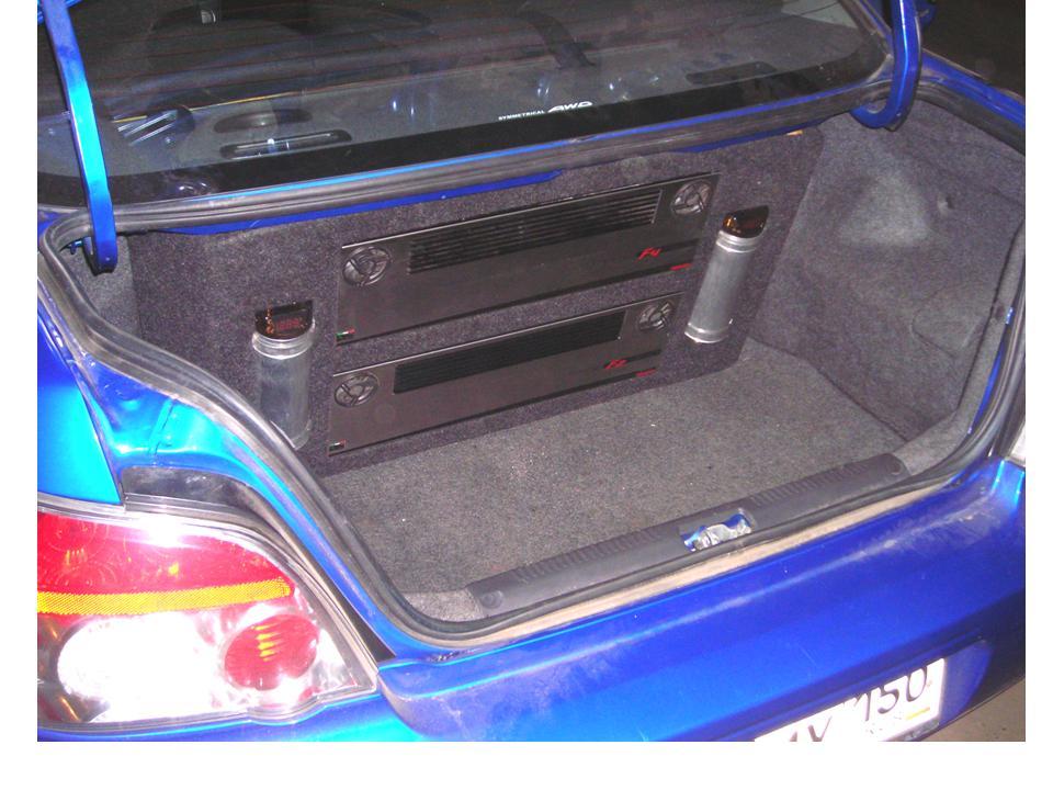 Со стороны багажника изготовлена фальшпанель закрывающая провода усилителей