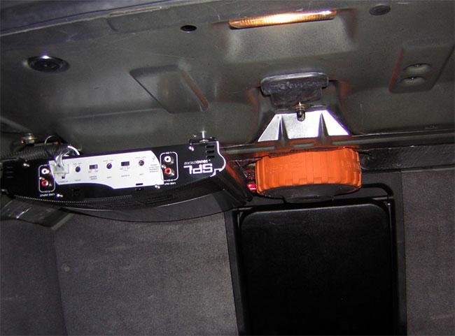 Прикрепили усилитель к железу полки со стороны багажника.