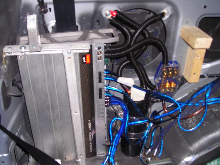 Установка усилителей в левое крыло багажника